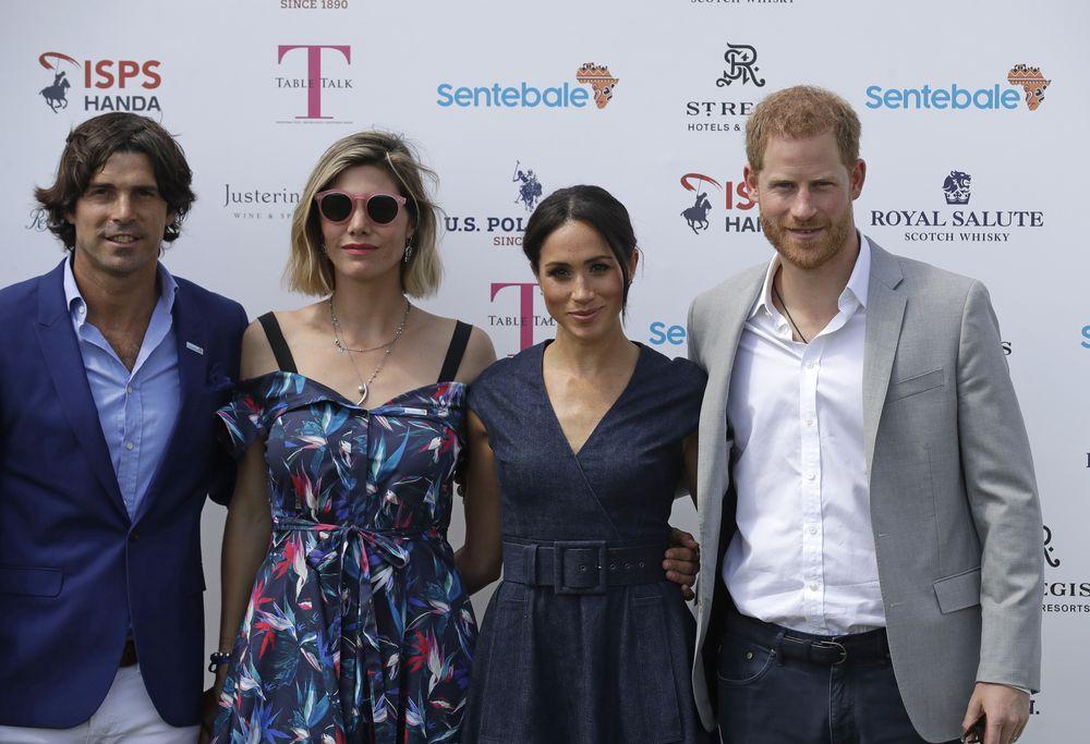 Meghan y Harry posan junto al jugador de polo argentino Nacho Figueras (izquierda) y su esposa Delfina Blaquier. (AP)