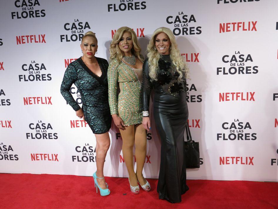 """Las """"drag artists"""" que dieron vida a """"Pau"""", """"Gloria"""" y """"Yuri"""" le dieron un toque de color al desfile por la alfombra roja. (Foto: AP/Berenice Bautista)"""