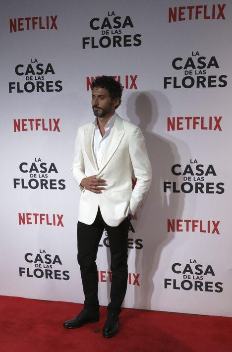 """Elegante y sobrio, el actor español Paco de León -quien da vida a """"María José""""- lució chaqueta y camisa blanca con pantalón negro. (Foto: AP/Berenice Bautista)"""