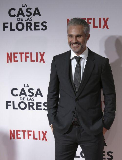 """El gris fue el tono elegido por Juan Pablo Medina – """"Diego Olvera""""- para lucir muy guapo en la premier. (Foto: AP/Berenice Bautista)"""
