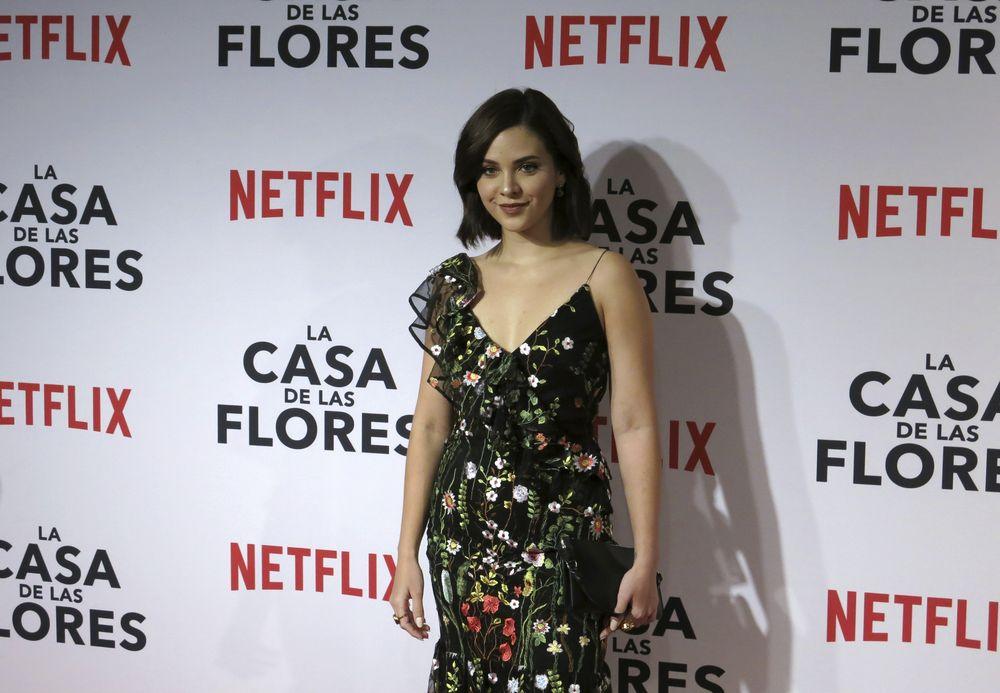 """Sheryl Rubio -que encarna a la antipática """"Lucía""""- sí optó por llevar flores en su vestido de un solo hombro. (Foto: AP/Berenice Bautista)"""