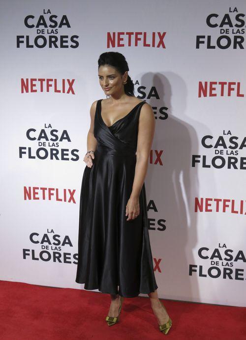 "Aislinn Derbez – ""Elena de la Mora""- asistió al evento con un vestido midi negro. (Foto: AP/Berenice Bautista)"