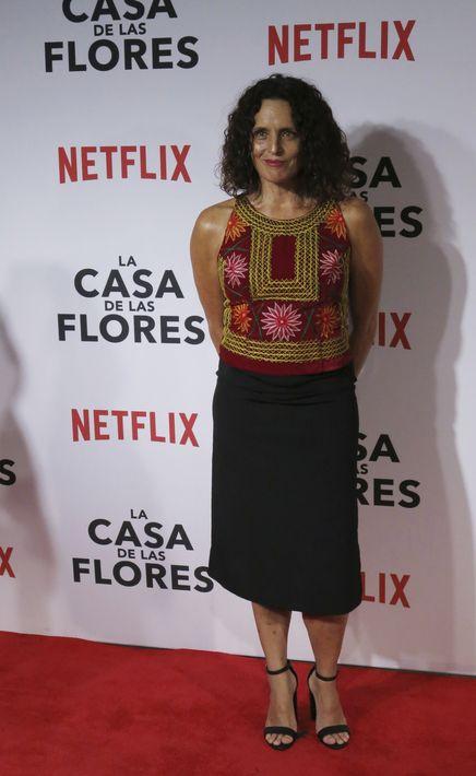 """Claudette Maille -intérprete de """"Roberta Sánchez""""- llevó las flores en una blusa sin mangas, que combinó con """"pencil skirt"""" negra. (Foto: AP/Berenice Bautista)"""