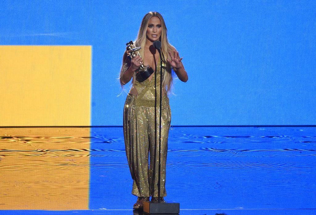 """La cantante de 49 años le dedicó el premio a sus mellizos Max y Emme y a su novio Alex Rodríguez, su """"alma gemela"""". (Foto: AP)"""