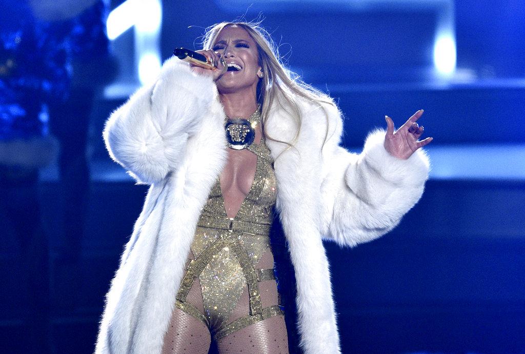 JLo dejó el plata de la alfombra roja y lo cambió por el oro para subir al escenario de los MTV VMA 2018. (Foto: AP)