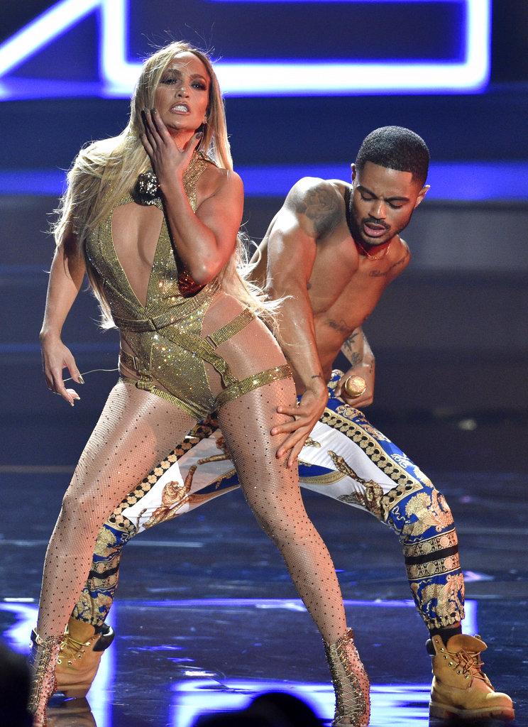 """JLo cantó """"El anillo"""", uno de sus más recientes éxitos en la noche MTV. (Foto: AP)"""