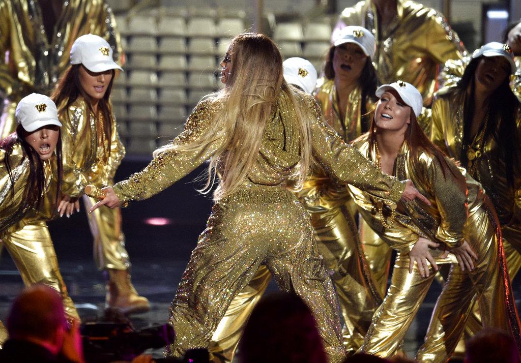 Cambio de look, siempre en dorado, para brillar sobre el escenario de los MTV Awards. (Foto:AP)