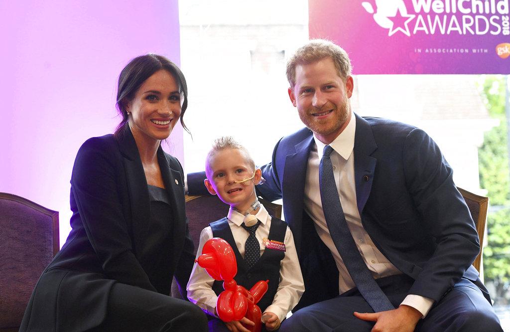 El príncipe Harry y Meghan Markle posan junto a Mckenzie Brackley, de 4 años, en Londres. (Foto: AP)