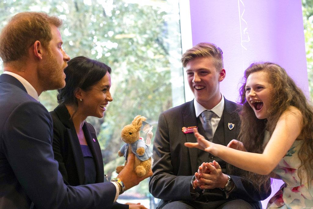 El príncipe Harry, padrino de la ong WellChild, y su esposa Meghan bromean y ríen junto a Jacob y su hermana Melissa  en la gala anual de la entidad. (Foto: AP)