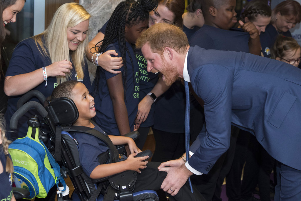 El príncipe Harry, padrino de la ong WellChild, saluda a uno de los niños que asistió en la gala anual de la entidad. (Foto: AP)