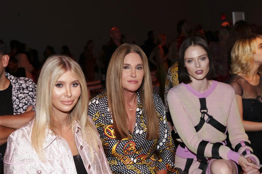 Sophia Hutchins (izq), Caitlyn Jenner (centro) y Coco Rocha (dcha) durante el desfile de Jeremy Scott en Spring Studios por la semana de la moda. (Foto: AP)
