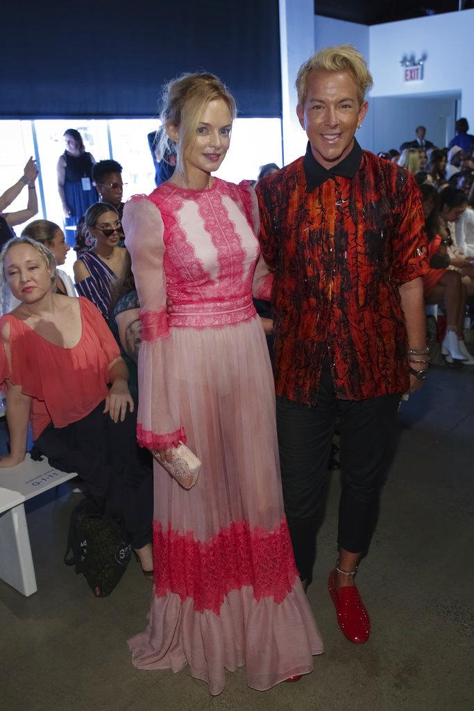 La actriz Heather Graham y el estilista Derek Warburton, más conocido como Derek Fabulous, en el desfile deTadashi Shoji durante el primer día del NYFW. (Foto: AP)