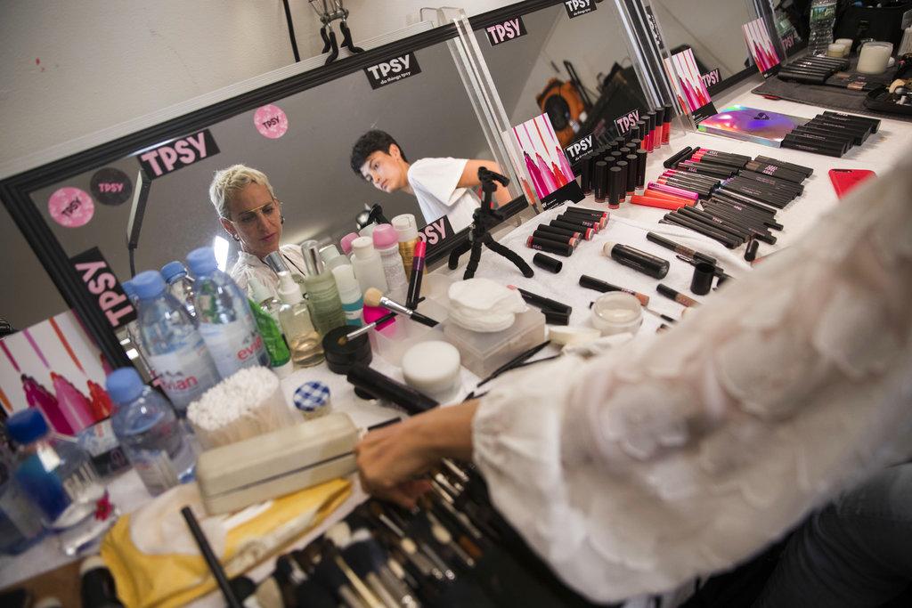 Una modelo elige pinceles mientras la maquillan y antes de presentar la colección primavera/verano 2019 de Milly. (Foto: AP)