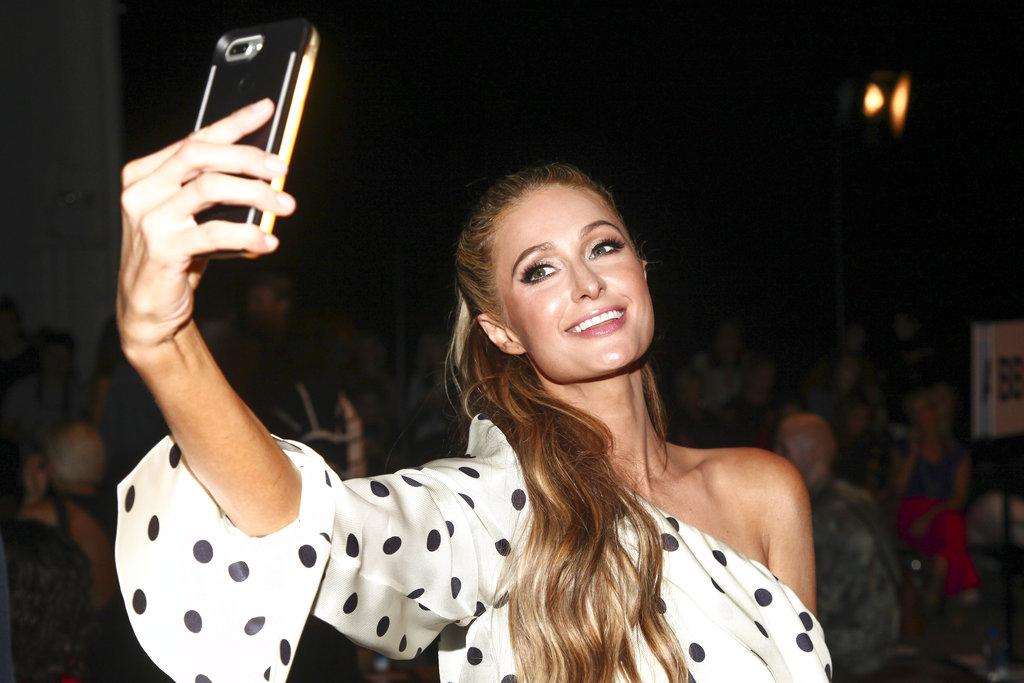 Paris Hilton se toma una foto antes de comenzar el desfile de Monse en SIR Stage 37. (Foto:AP)