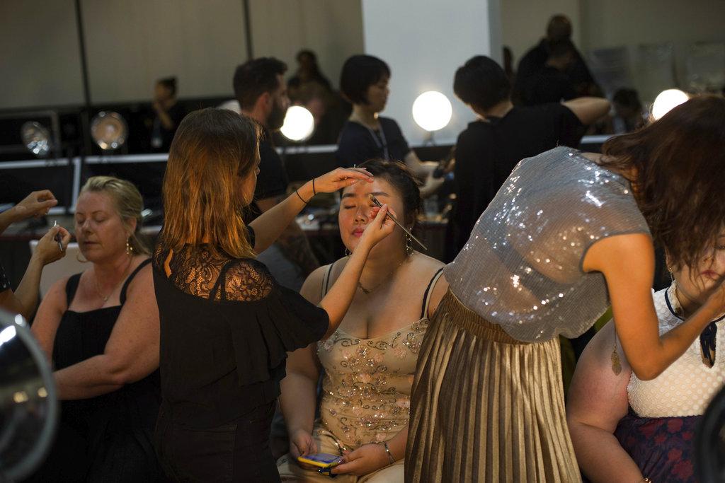 Los estilistas y maquillistas trabajan a toda velocidad en el backstage de la colección de Loft en el New York Fashion Week. (Foto: AP)