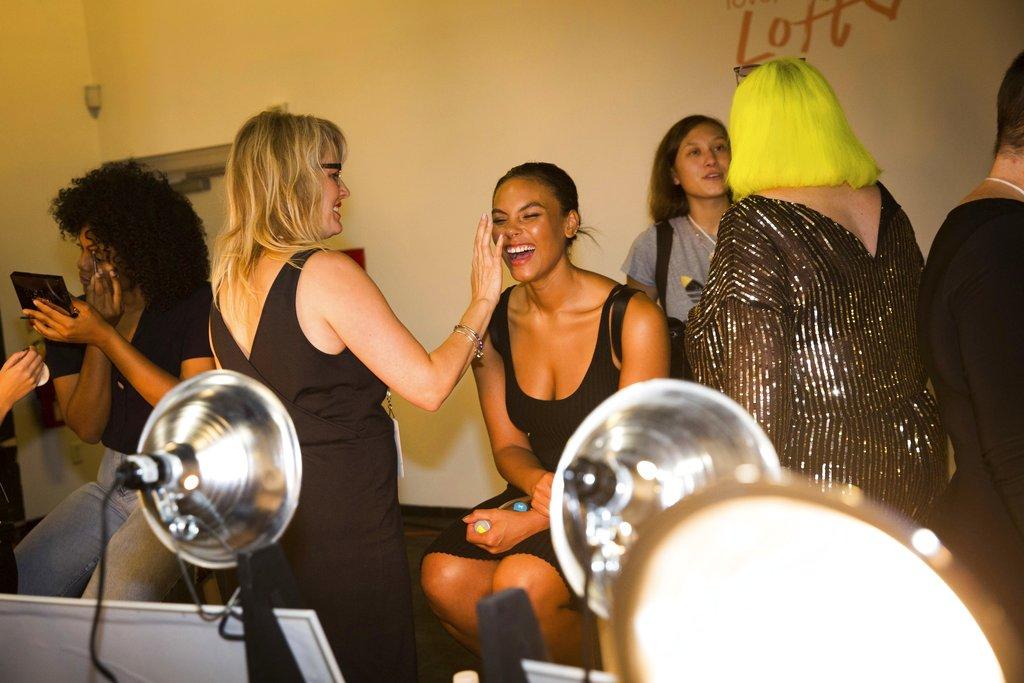 Modelos se alistan en el backstage de la colección de Loft en el New York Fashion Week. (Foto: AP)