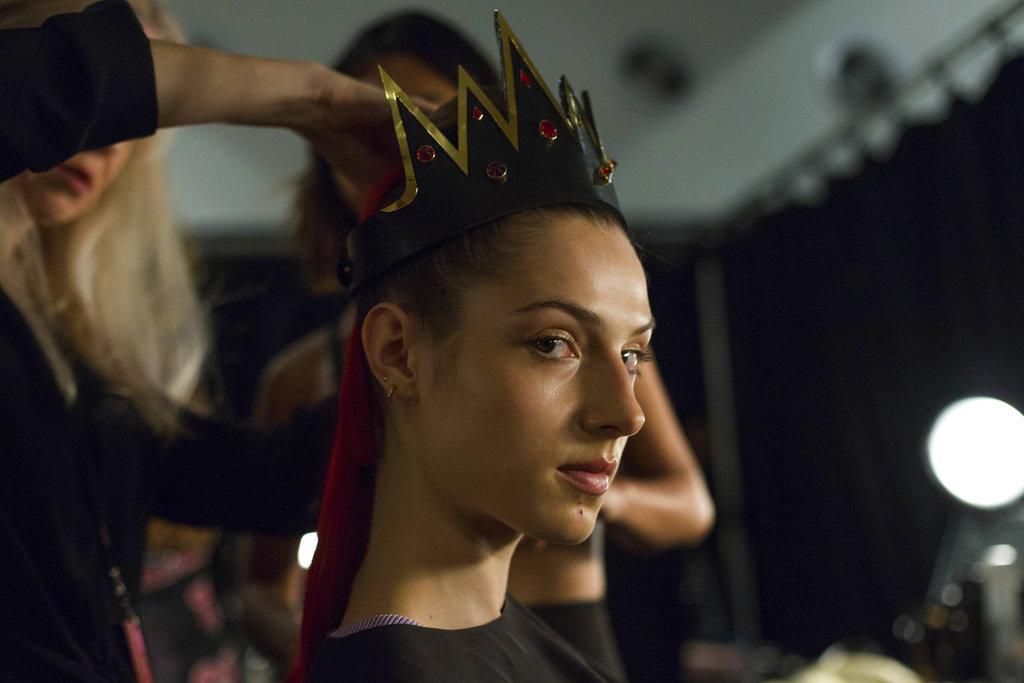 Un exótico peinado para una de las modelos del desfile de The Blonds que lleva como tema a las villanas de Disney en el NY Fashion Week. (Foto: AP)