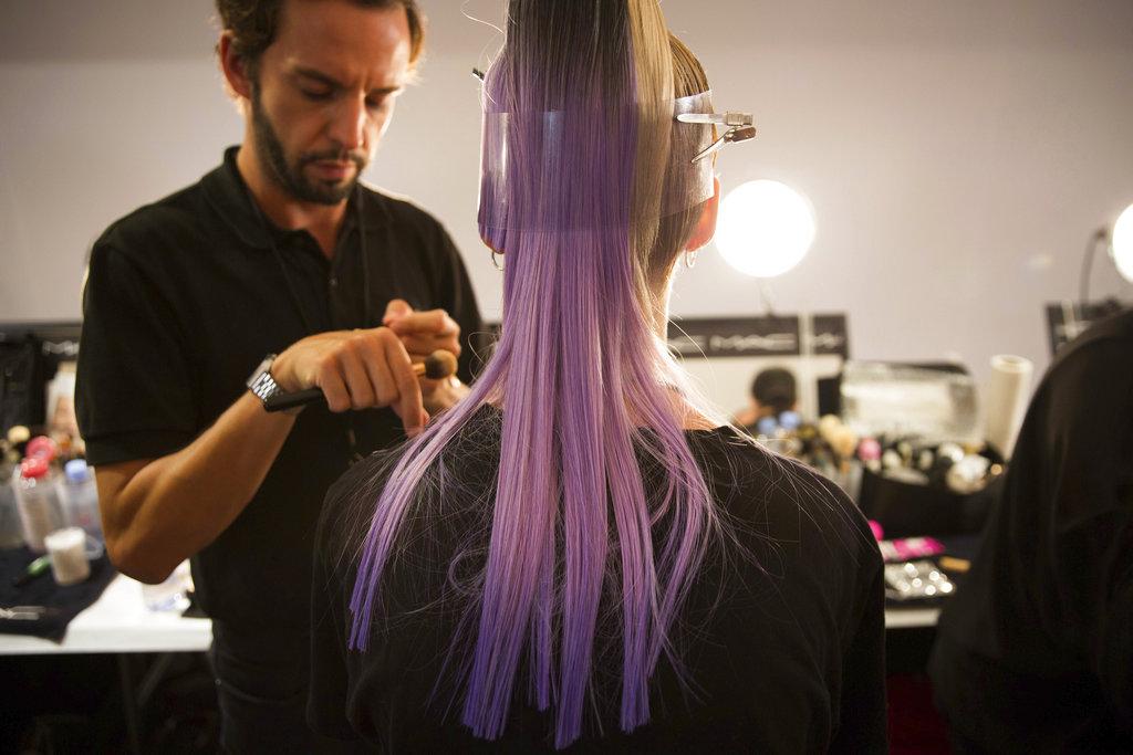El peinado de una de las modelos del desfile de The Blonds que lleva como tema a las villanas de Disney en el NY Fashion Week. (Foto: AP)