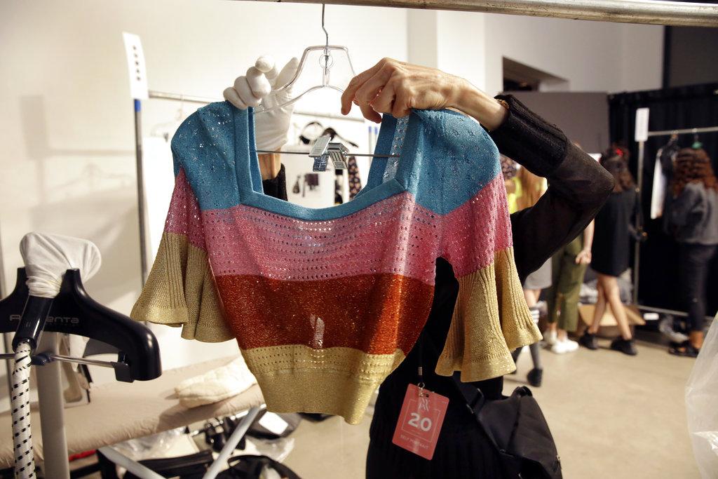 Una estilista acomoda las prendas que las modelos deberán lucir en la pasarela de Self Portrait al presentar la colección primavera 2019 en el NYFW. (Foto: AP)