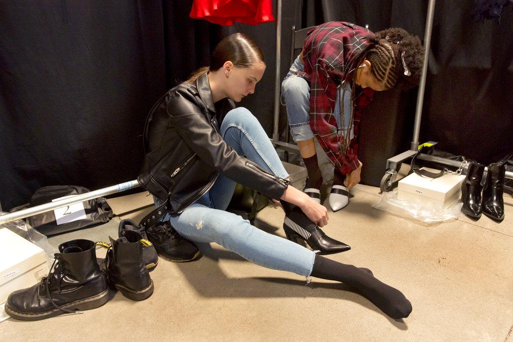 Una modelo se prueba los zapatos que deberá lucir en la pasarela de Self Portrait al presentar la colección primavera 2019 en el NYFW. (Foto: AP)