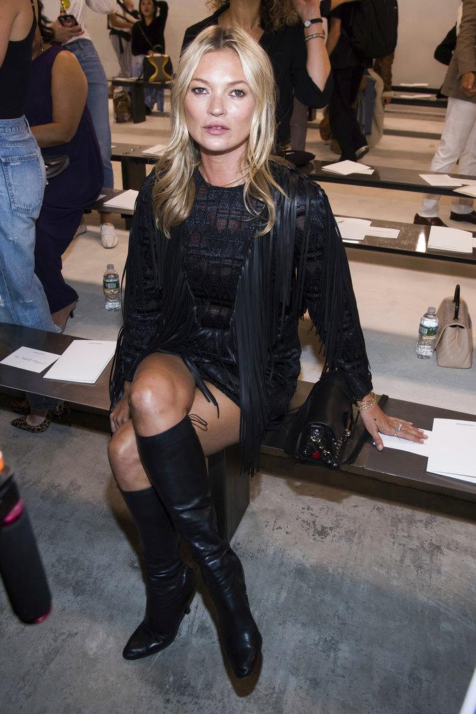Kate Moss dejó las pasarelas de lado por un rato para disfrutar del show de Longchamp en el New York Fashion Week. (Foto:AP)