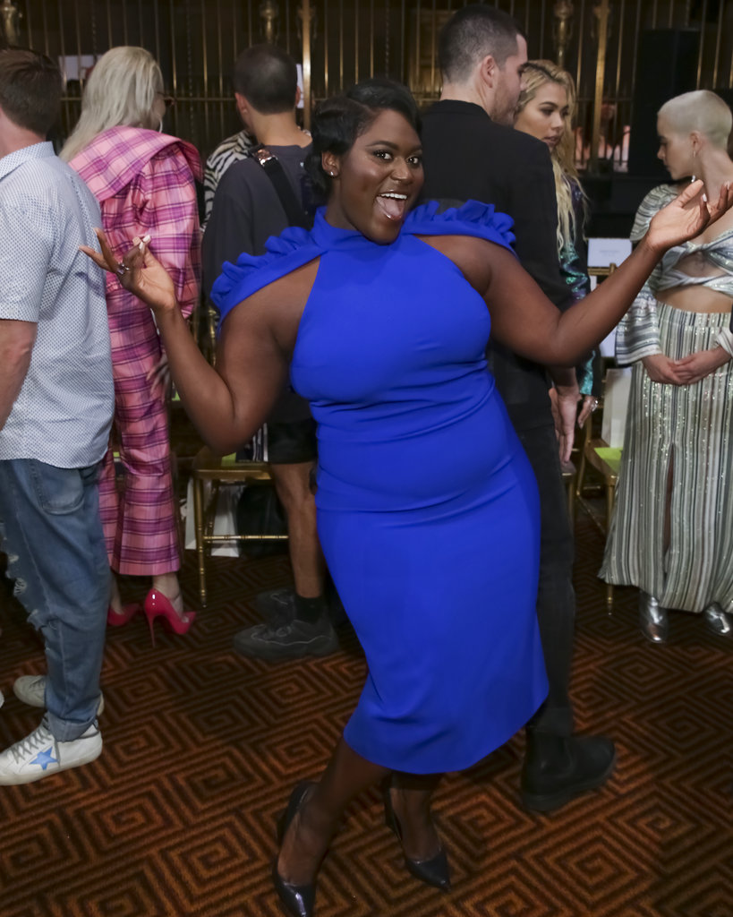 La actriz Danielle Brooks, de Orange is the New Black, saluda a la prensa antes del desfile de Christian Siriano. (Foto: AP)
