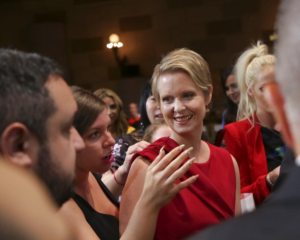 La actriz y candidata demócrata a la gobernación de Nueva York, Cynthia Nixon, no quiso perderse el desfile de Christian Siriano. (Foto: AP)