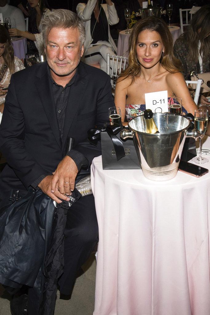 Alec Baldwin e Hilaria Baldwin disfrutaron del champagne durante el desfile de  Badgley Mischka en el NYFW. (Foto: AP)