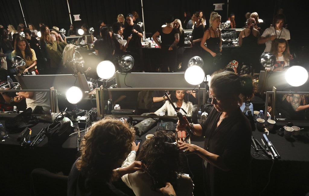 Estilistas, maquilladores y modelos en el backstage de Escada durante el New York Fashion Week. (Foto: AP)