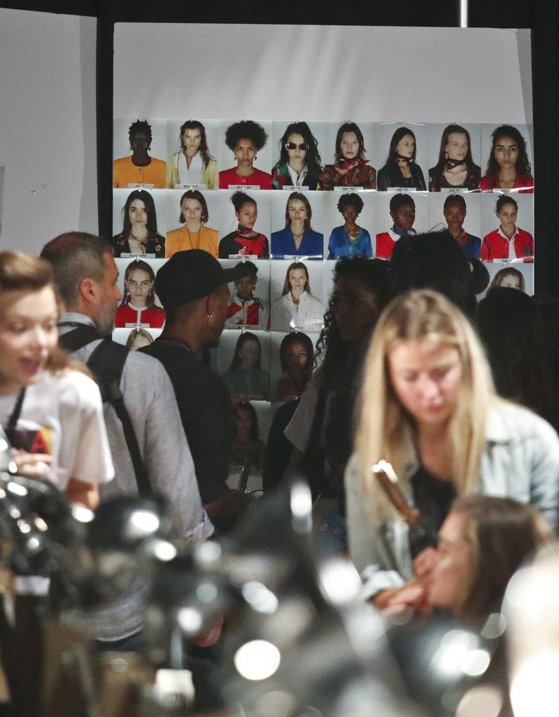 Un panel de fotos muestra a las modelos que participaron del desfile de Escada en el NYFW. (Foto: AP)