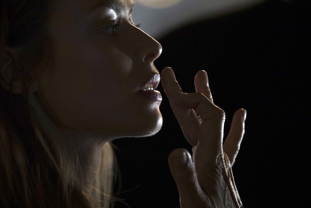 Un make-up artist deja lista a una modelo detrás de escena de la pasarela de Hugo Boss en la Semana de la Moda de NY. (Foto: AP)