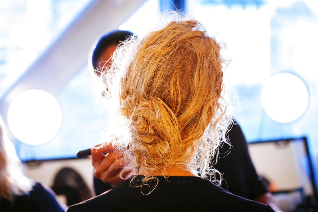 Una estilista pone a punto a una de las modelos que desfilaron en la pasarela de Prabal Gurung en la Semana de la Moda de Nueva York. (Foto: AP)