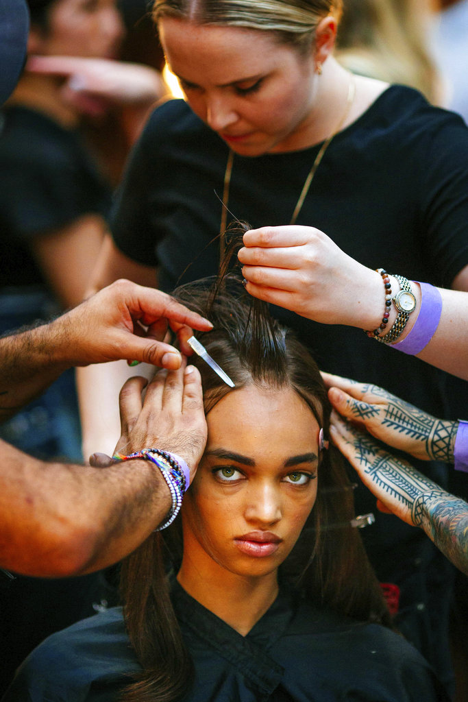 Modelos se preparan para la pasarela de Prabal Gurung en la Semana de la Moda de Nueva York. (Foto: AP)