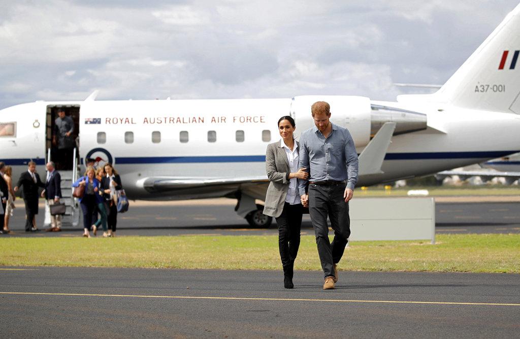 El príncipe Harry y su esposa Meghan, a su llegada a Dubbo, Australia, el miércoles 17 de octubre, en el segundo día de su gira por Oceanía.  (Foto: AP)
