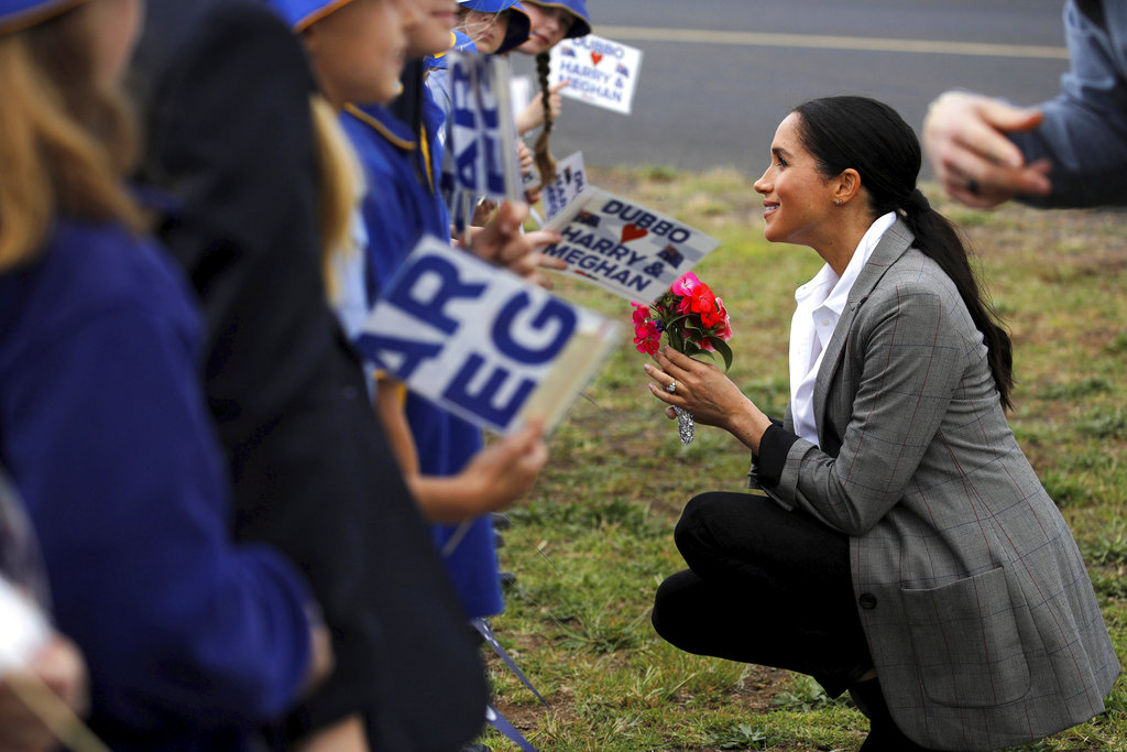La duquesa de Sussex conversa con estudiantes de la escuela pública Dubbo South en Dubbo, en el segundo día de su gira de dos semanas por Australia y el Pacífico Sur. (Foto: AP)