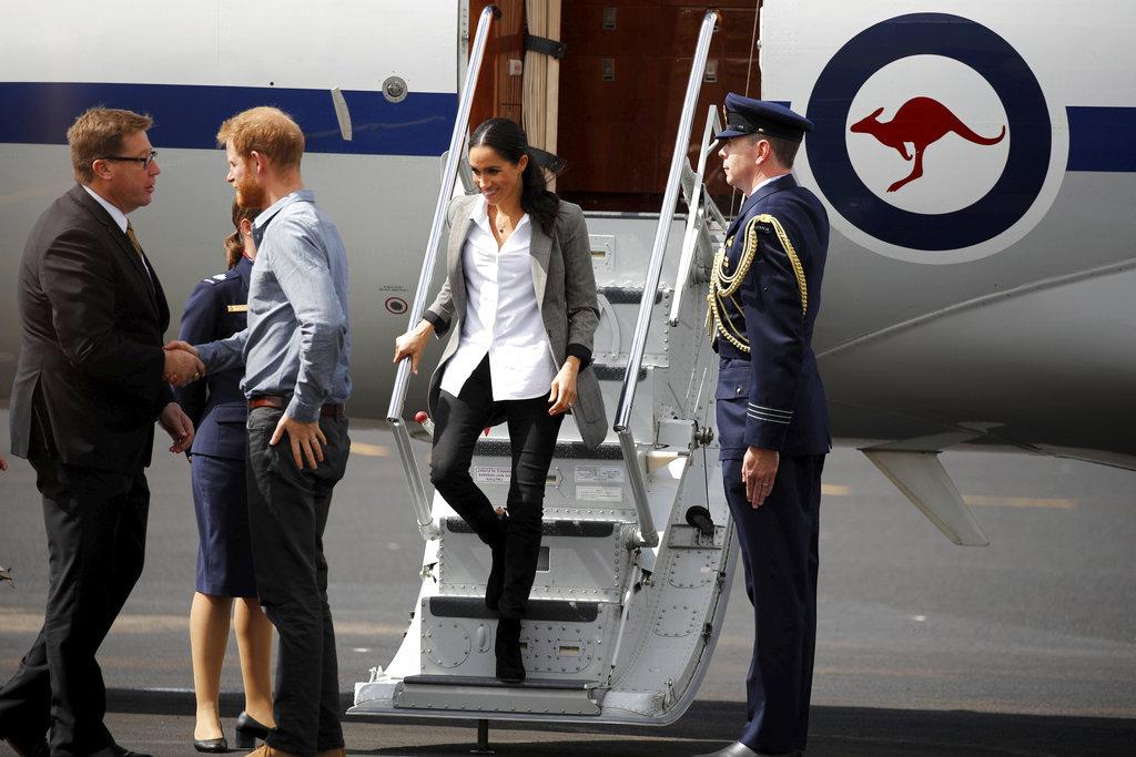 El príncipe Harry y su esposa Meghan arriban a  Dubbo, Australia, el miércoles 17 de octubre, en el segundo día de la gira por Oceanía.  (Foto: AP)