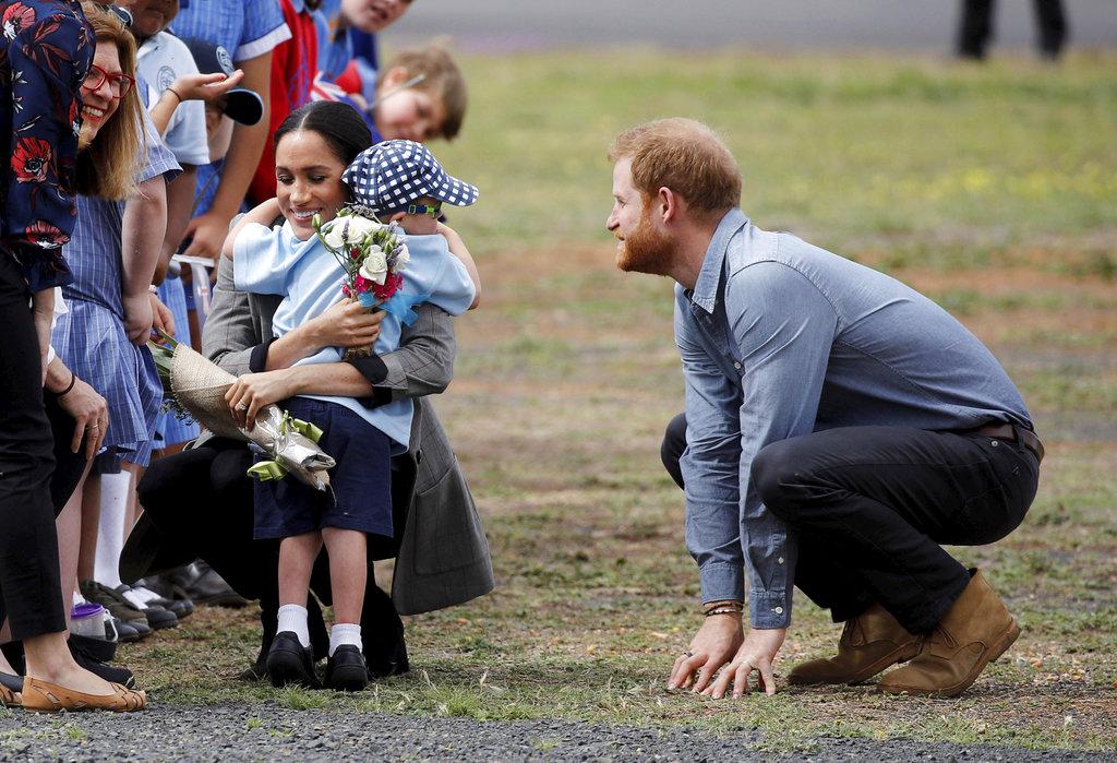 Luke Vincent, de 5 años,  también abrazó con fuerza a la duquesa de Sussex a su llegada a Dubbo, Australia y se robó todas las miradas. (Foto: AP)