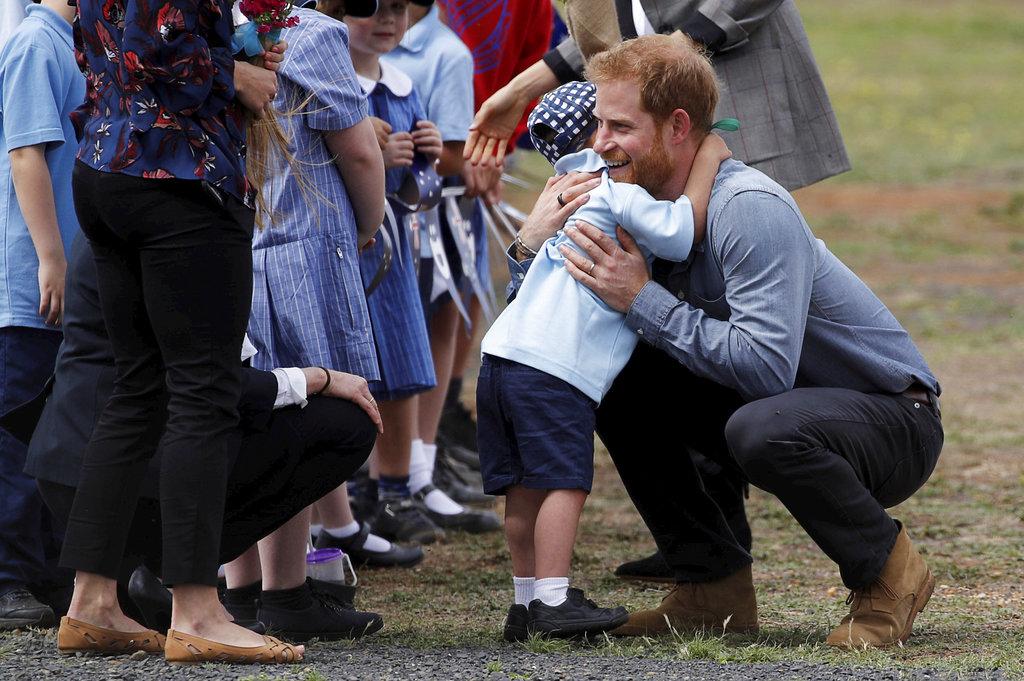 El pequeño Luke Vincent, de 5 años, recibe con un fuerte abrazo al príncipe Harry a su llegada a Dubbo, Australia. (Foto: AP)
