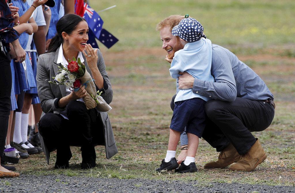 Meghan no puede contener sus expresiones al ver la ternura del pequeño Luke Vincent, de 5 años al darle la bienvenida a su esposo en Dubbo, Australia. (Foto: AP)