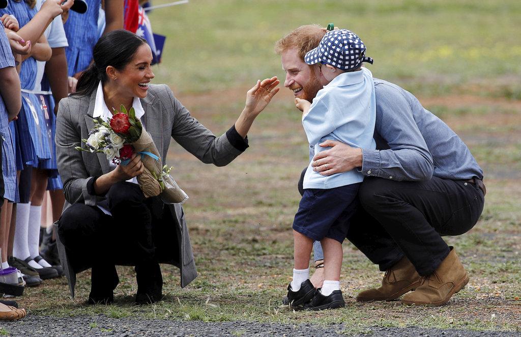 Meghan y Harry fueron recibidos con abrazos y mucha ternura por Luke Vincent, de 5 años a su llegada a Dubbo, Australia. (Foto: AP)