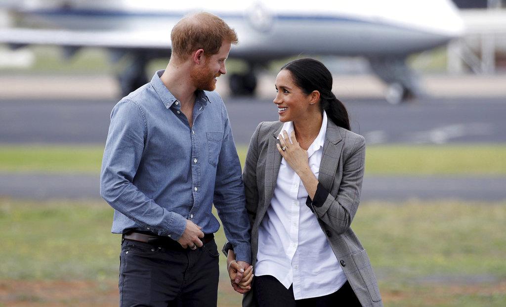 Meghan y Harry conversan muy animados al comenzar el segundo día de su gira por Australia. (Foto: AP)