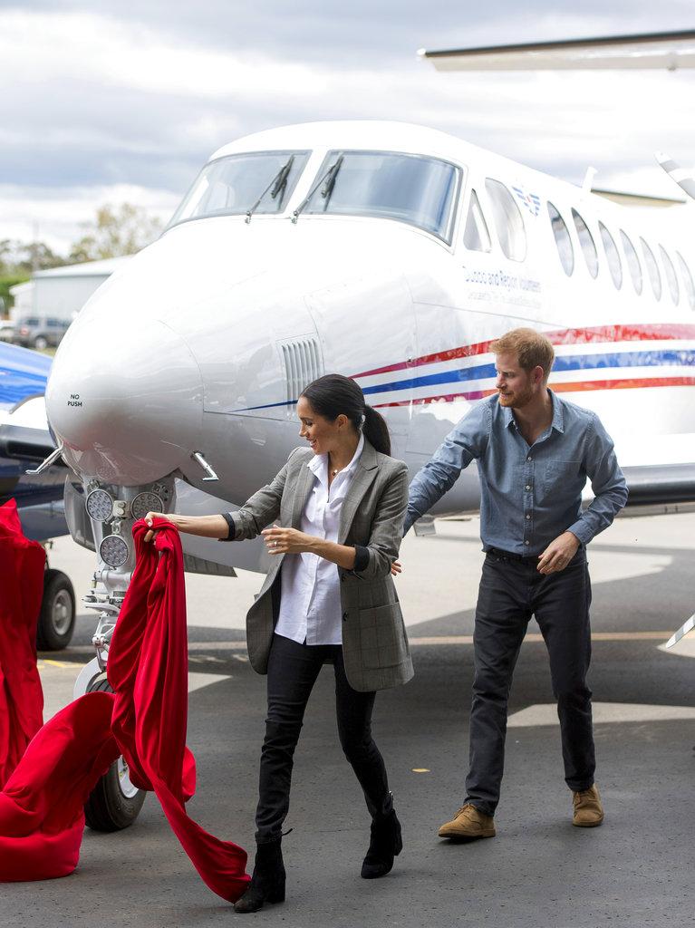 Harry y Meghan asistieron al bautismo y presentación de un nuevo avión sanitario del Servicio Aéreo Médico Real en el Aeropuerto Regional de Dubbo, Australia. (Foto: AP)