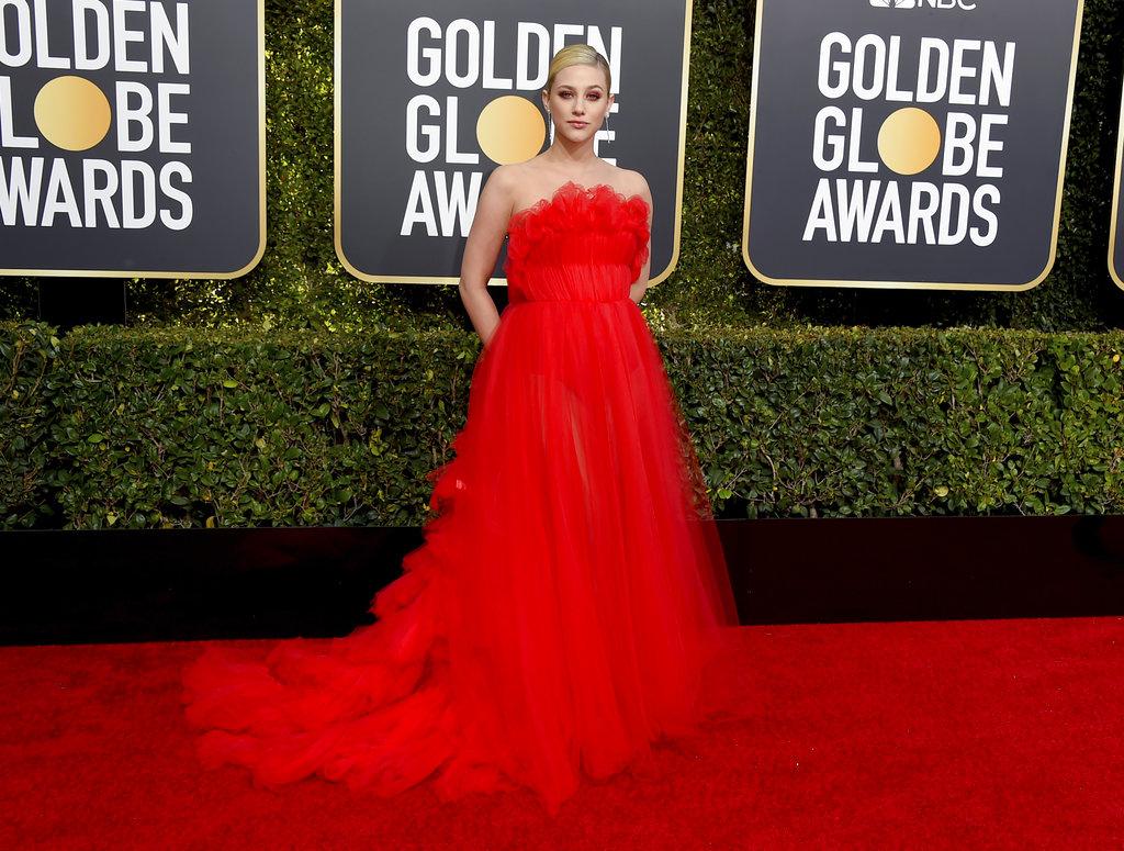 La actriz Lili Reinhart lució un vaporoso diseño para la alfombra roja de los Golden Globes en California. (Foto: AP)