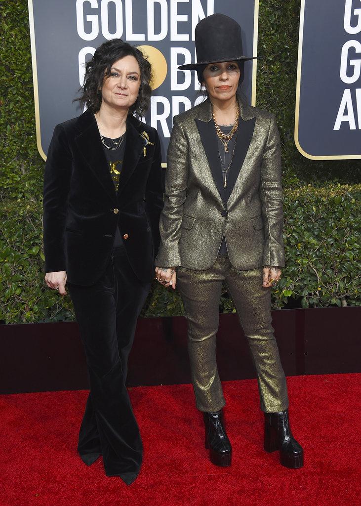 La actriz Sara Gilbert junto a su esposa, la cantante de rock Linda Perry en los Golden Globe 2019. (Foto: AP)