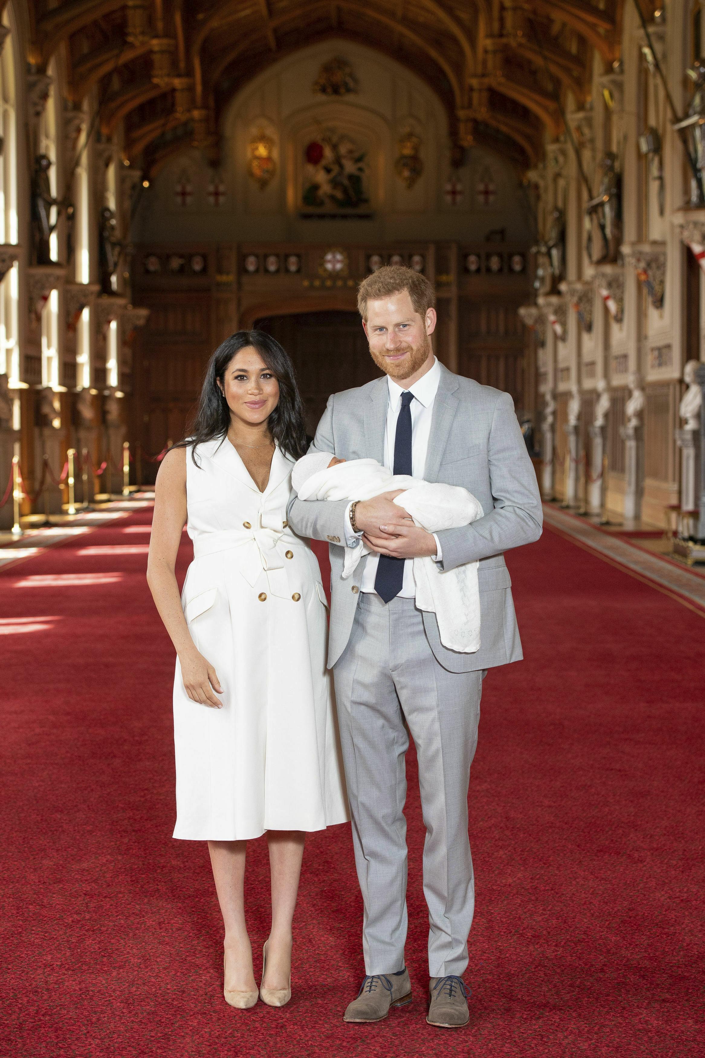 Los últimos meses de su embarazo apenas se dejó ver en público y no fue hasta el 8 de mayo, dos días después del nacimiento de su primogénito, Archie, que apareció luciendo un vestido sin mangas crema con botones en la parte frontal. (Archivo)