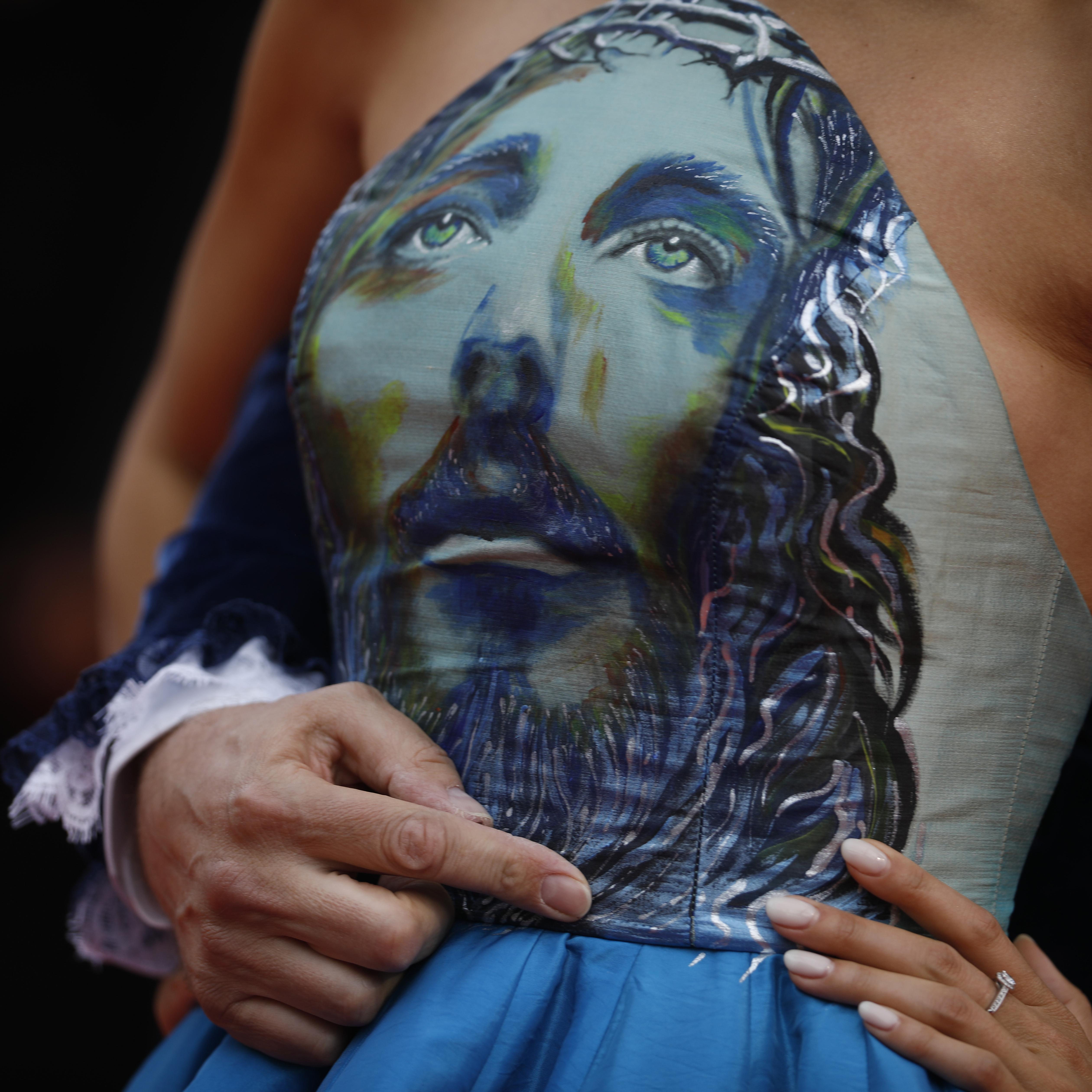 "Detalle del vestido de Marianne Rosset, quien posa al llegar al estreno de ""The Dead Don't Die"". (Foto: AP/Petros Giannakouris)"