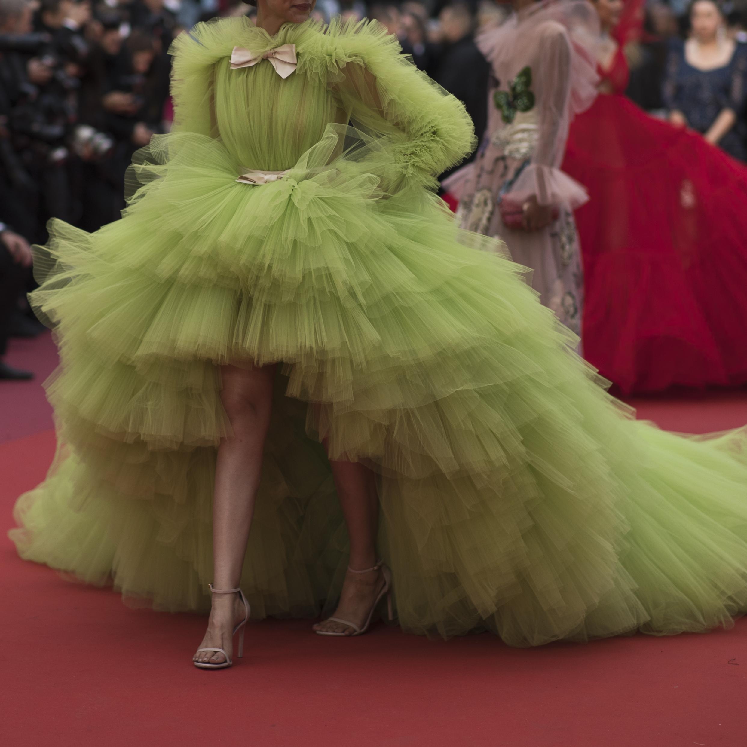 """La actriz Deepika Padukon llega al estreno de """"Dolor y gloria"""" en el Festival de Cine de Cannes, luciendo una amplia falda asimétrica en tul. (Foto: AP/Petros Giannakouris)"""
