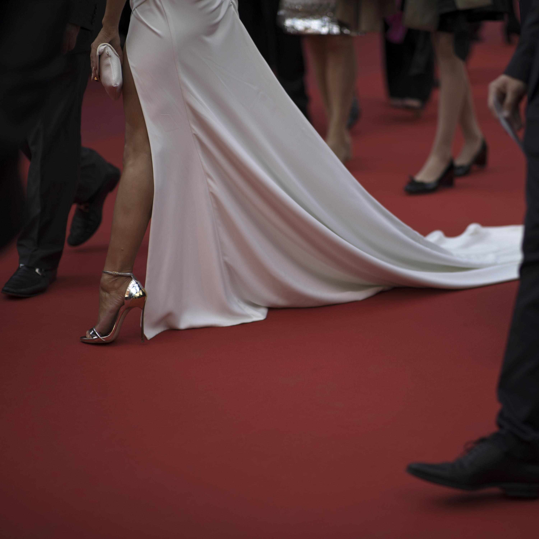 "Una mujer recorre la alfombra roja a su llegada al estreno de ""Les Miserables"" en el Festival de Cine de Cannes. (Foto: AP/Petros Giannakouris)"