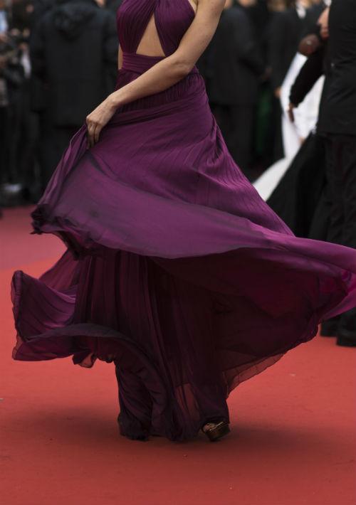 """La actriz Marica Pellegrinelli mueve la vaporosa falda de su vestido mientras recorre la alfombra roja a su llegada al estreno de """"The Best Years of a Life"""". (Foto: AP/Petros Giannakouris)"""