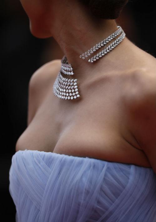 """La actriz Dilan Cicek Deniz luce un llamativo collar de diamantes de Messika Jewels durante el estreno de """"The Dead Don't Die"""". (Foto: AP/Petros Giannakouris)"""